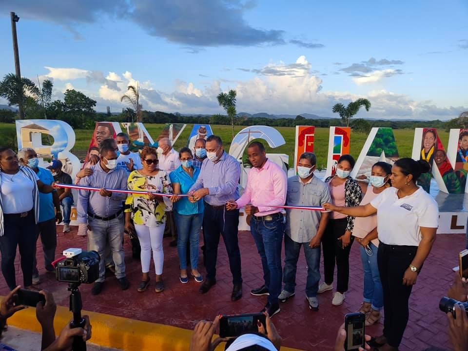 El alcalde Manuel Pantalio, dejó inaugurado el parador fotográfico de Bayaguana