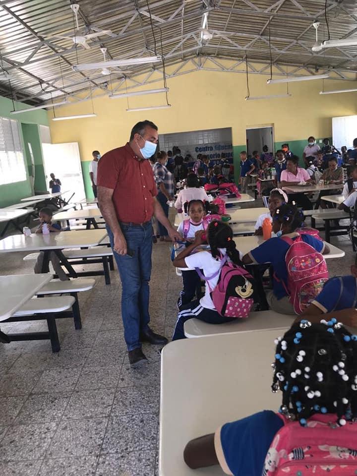 Alcalde Manuel Pantalio visita escuela con niños especiales en Bayaguana